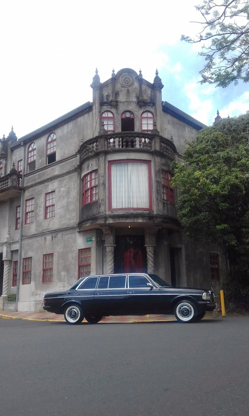 Dramatic-architecture-in-Barrio-Amon-San-Jose-Costa-Rica-LIMOUSINE-MERCEDES-300D-LANG9cd204583beaa1fa.jpg